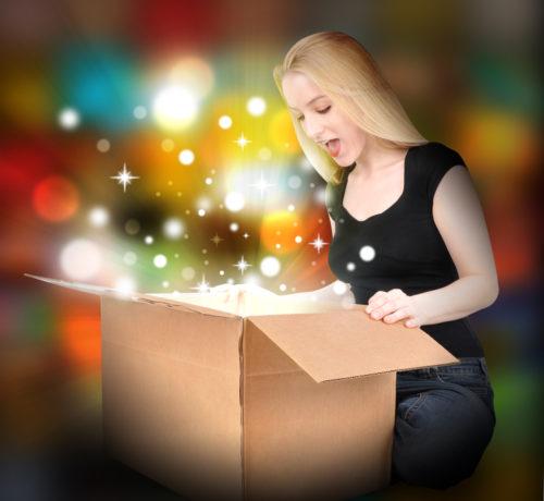 素敵なプレゼントを開ける女性
